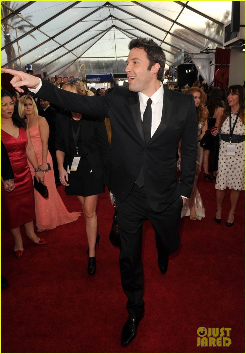 ben affleck presents best cast at sag awards 2014 02