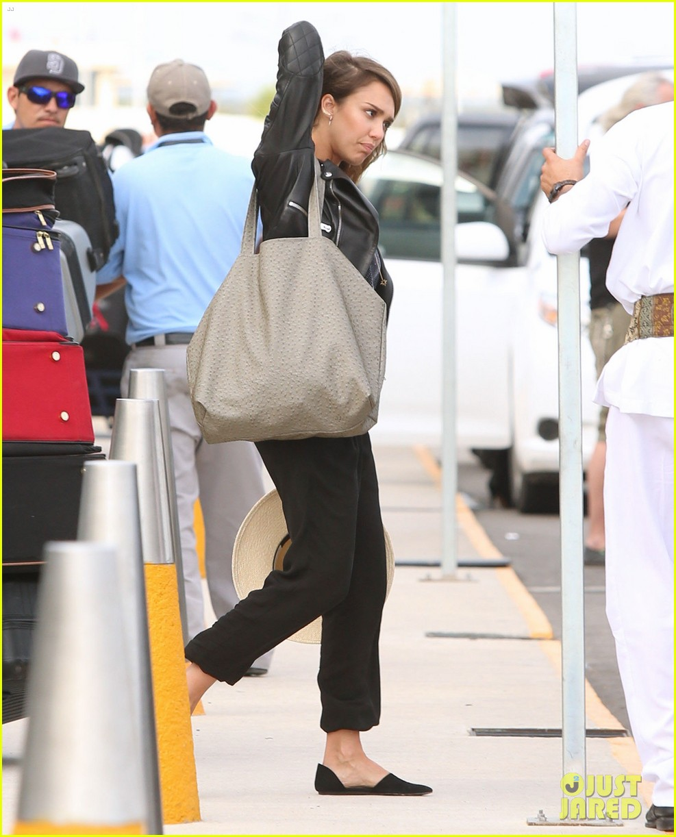 jessica alba family arrive home from cabo vacation 17