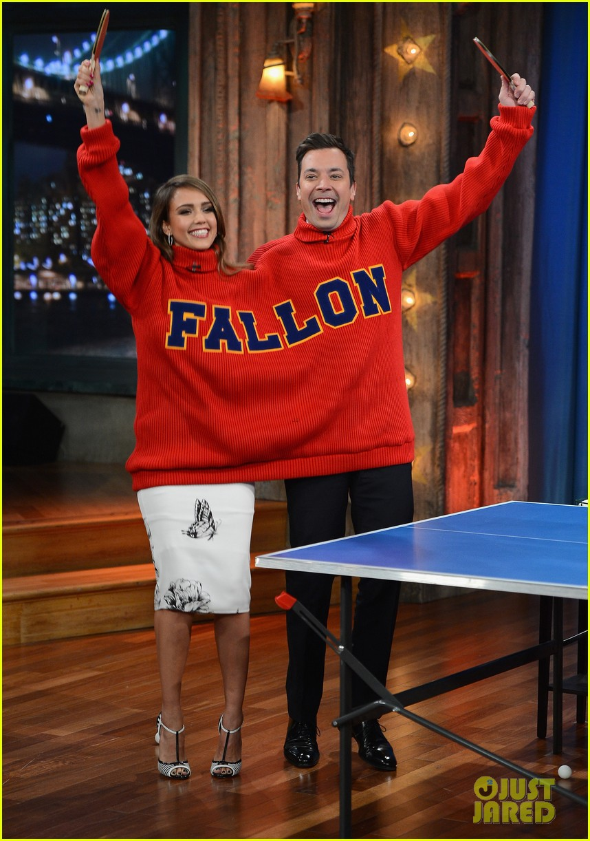 jessica alba gets into jimmy fallons sweater on late night 103036683