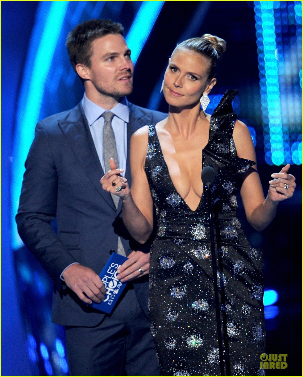 stephen amell presenter at peoples choice awards 2014 07