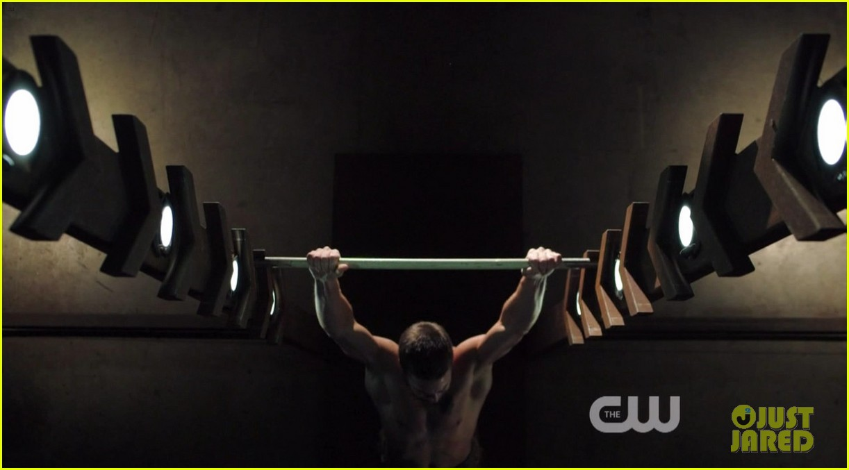 stephen amell ridiculously ripped abs in shirtless arrow stills 06