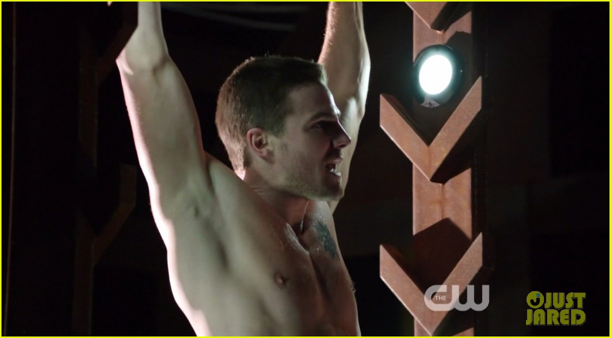 stephen amell ridiculously ripped abs in shirtless arrow stills 08