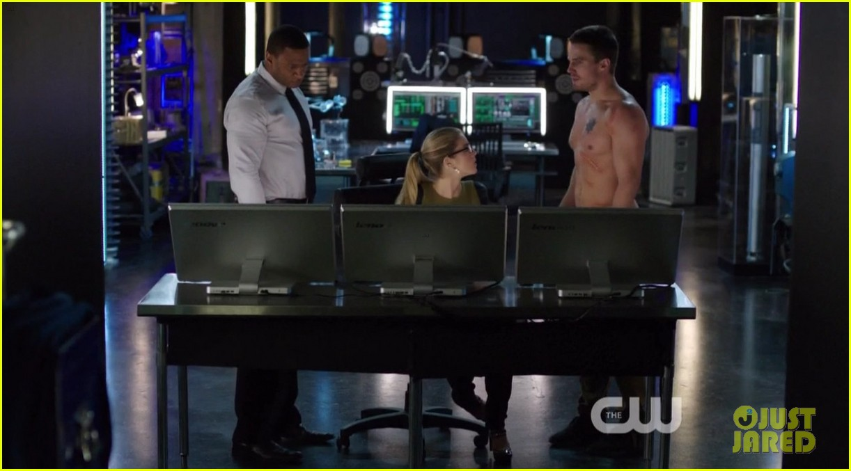 stephen amell ridiculously ripped abs in shirtless arrow stills 16