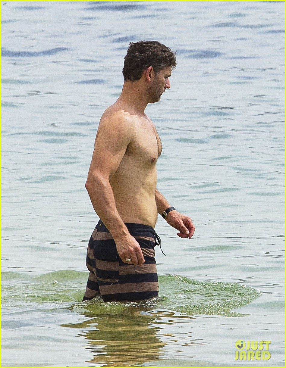 eric bana shows off shirtless buff body in melbourne 05