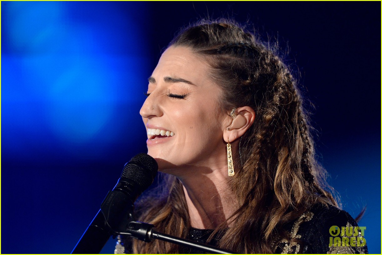 sara bareilles carole king grammys brave beautiful mashup at grammys 2014 video 02