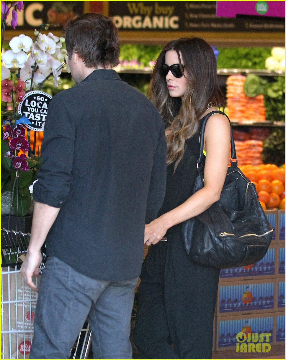 kate beckinsale super stylish whole foods run 04