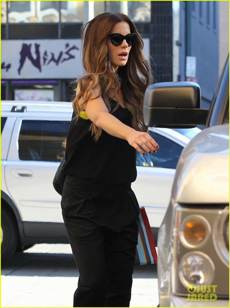 kate beckinsale super stylish whole foods run 06