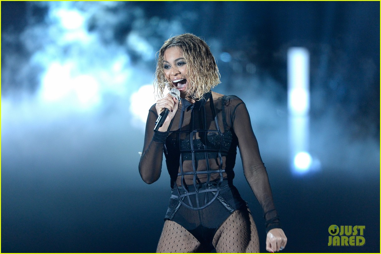 beyonce jay z drunk in love at grammys 2014 watch now 17