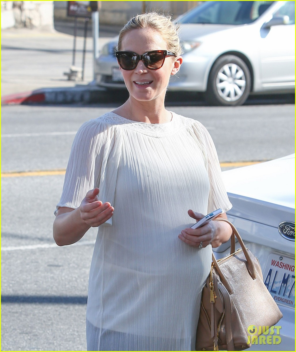 pregnant emily blunt grabs lunch at alcove restaurant 05