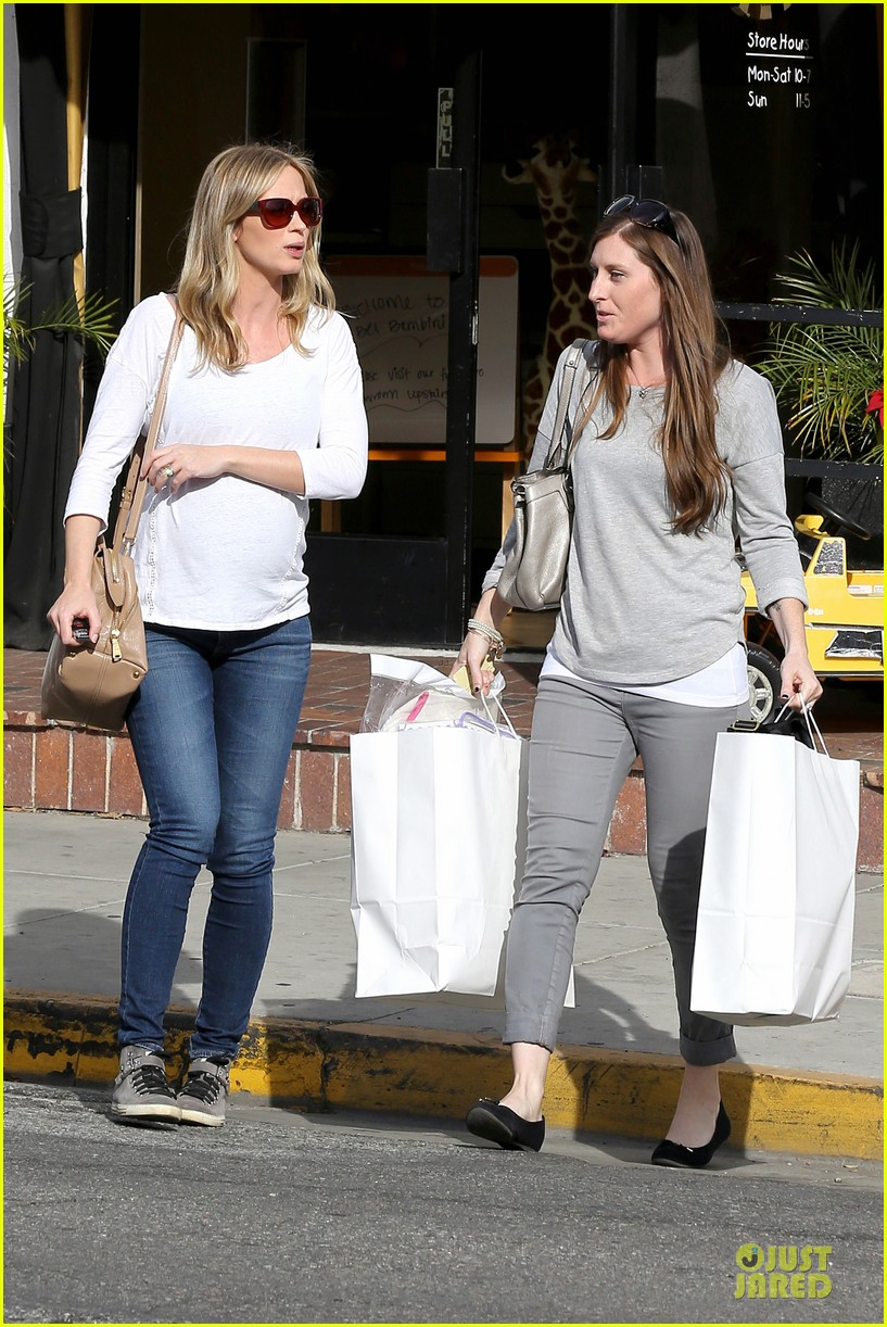emily blunt baby shopping spree at bel bambini 13