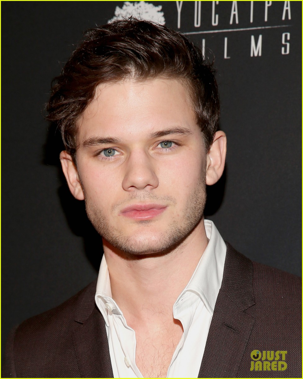 daniel bruhl jeremy irvine weinstein golden globes party 2014 033030176
