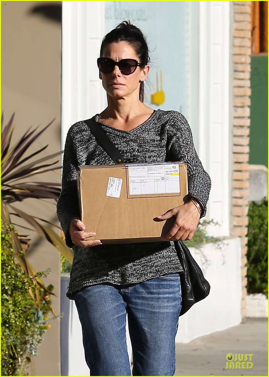 sandra bullock shopping with mystery man after golden globes 02