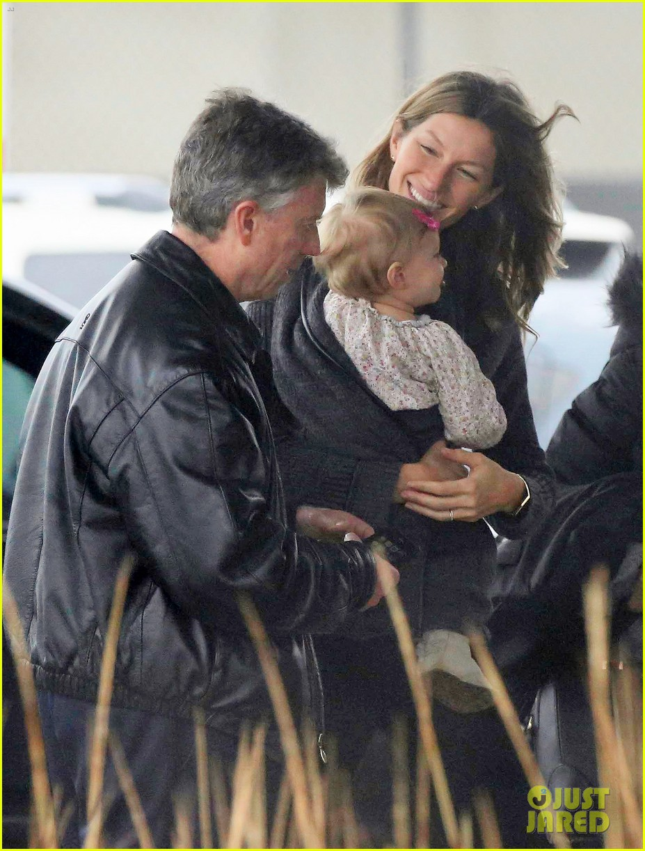 gisele bundchen baby vivian leave chilly boston together 05