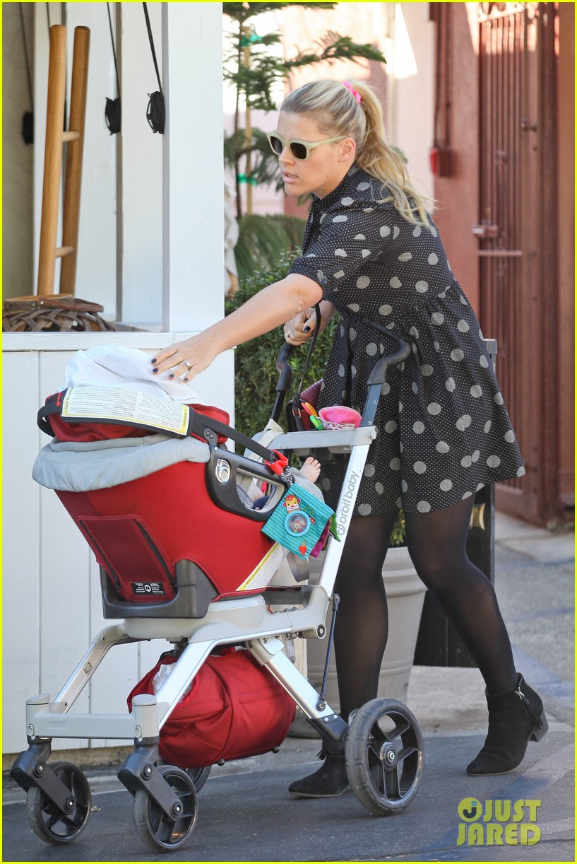 busy philipps hangs with cougar town co star christa miller 083032551