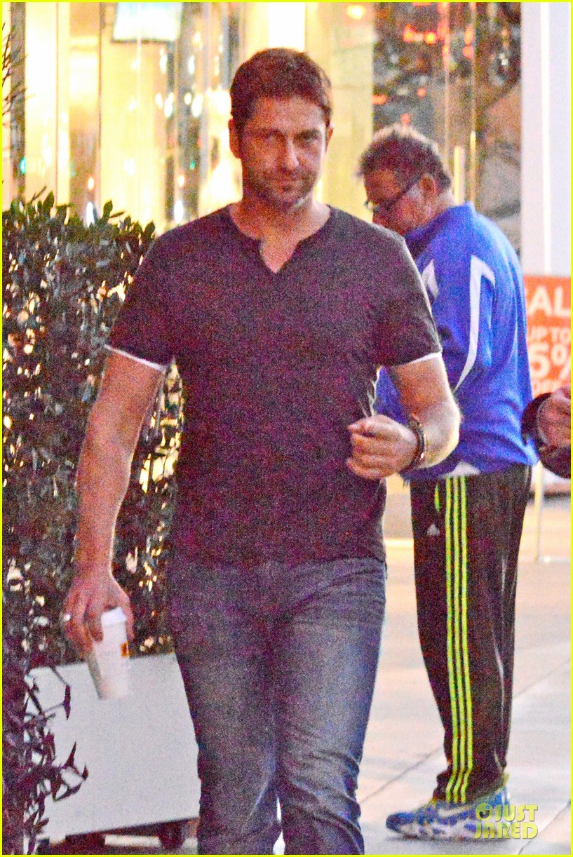 gerard butler flashes bulging biceps for coffee run 03