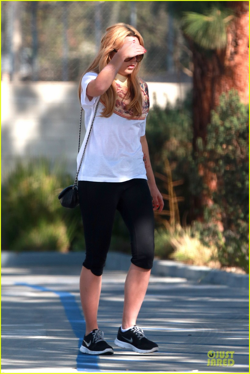 amanda bynes stops at gas station for rolling paper 18