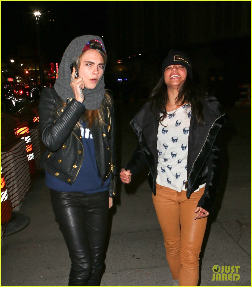 cara delevingne michelle rodriguez go in for kiss at knicks game 04