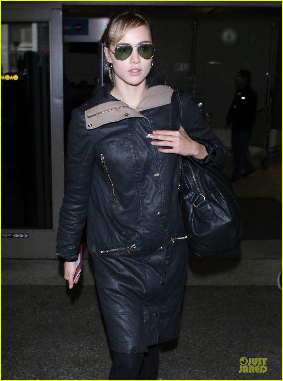 bradley cooper suki waterhouse lax arrival in the new year 043022650