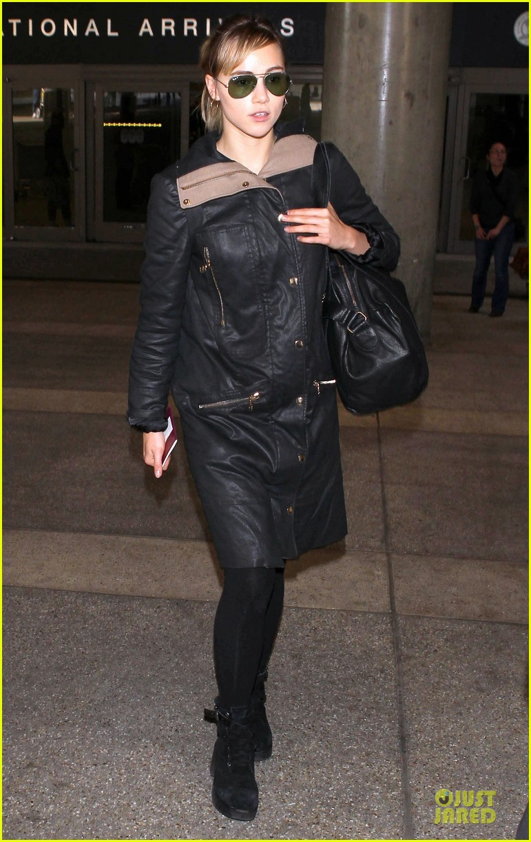 bradley cooper suki waterhouse lax arrival in the new year 05