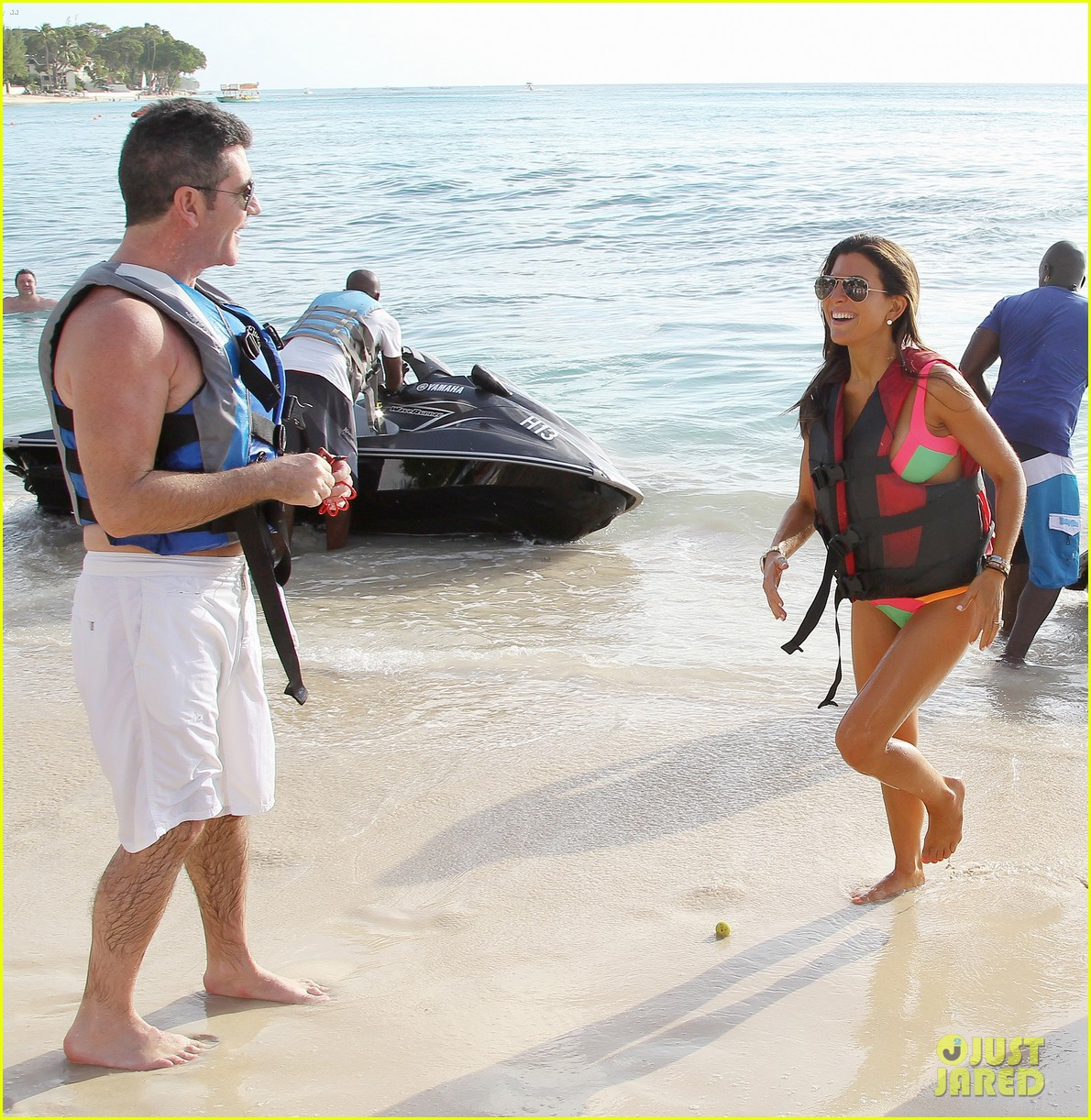 shirtless simon cowell draws large female crowd at the beach 13