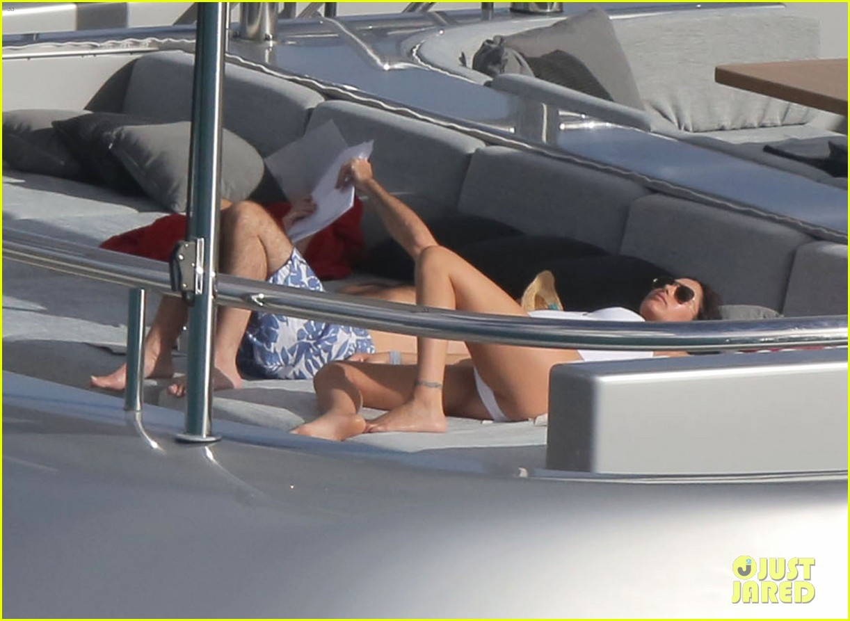 simon cowell very pregnant girlfriend relax on a yacht 123023658