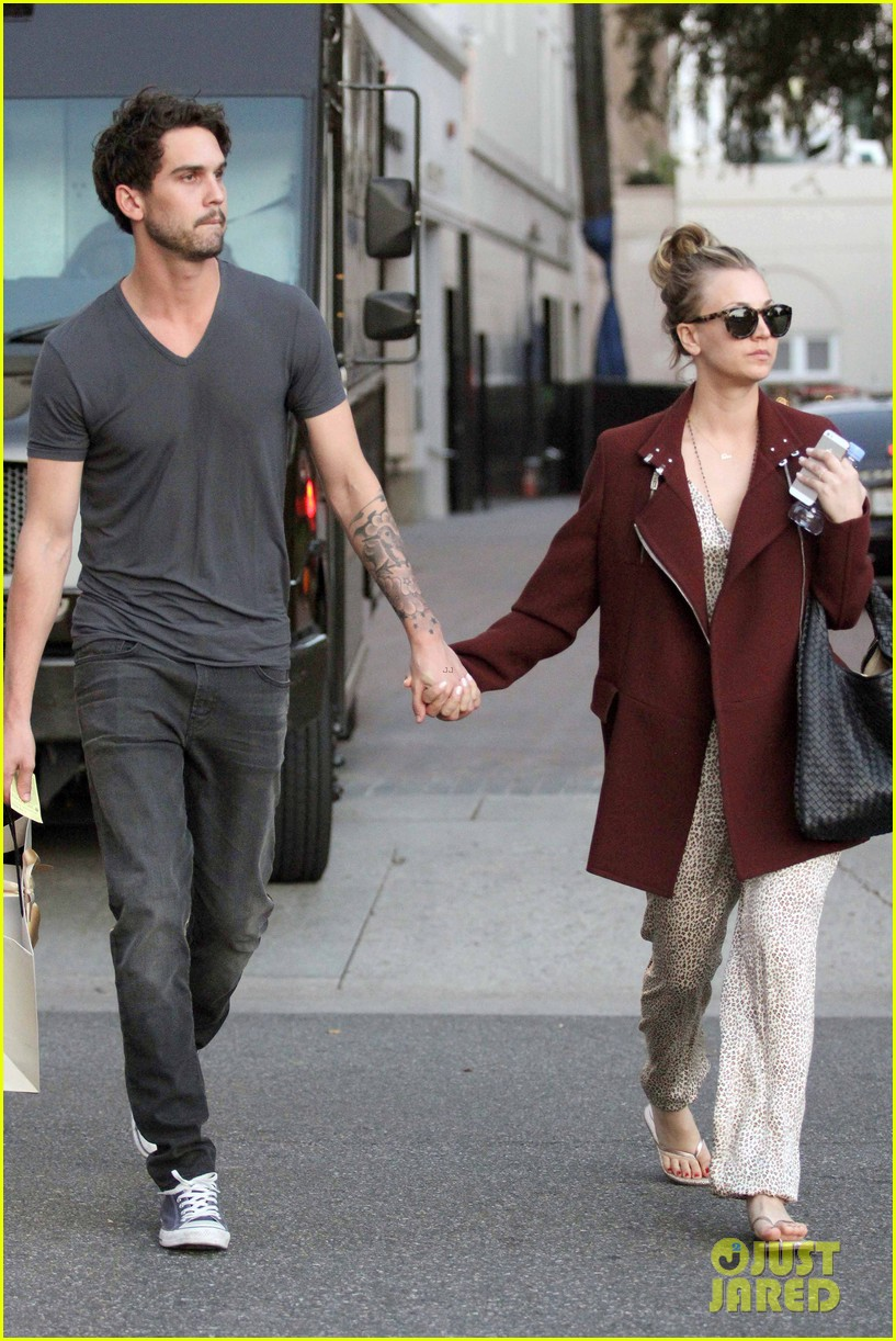 kaley cuoco steps out with ryan sweeting after the pcas 10