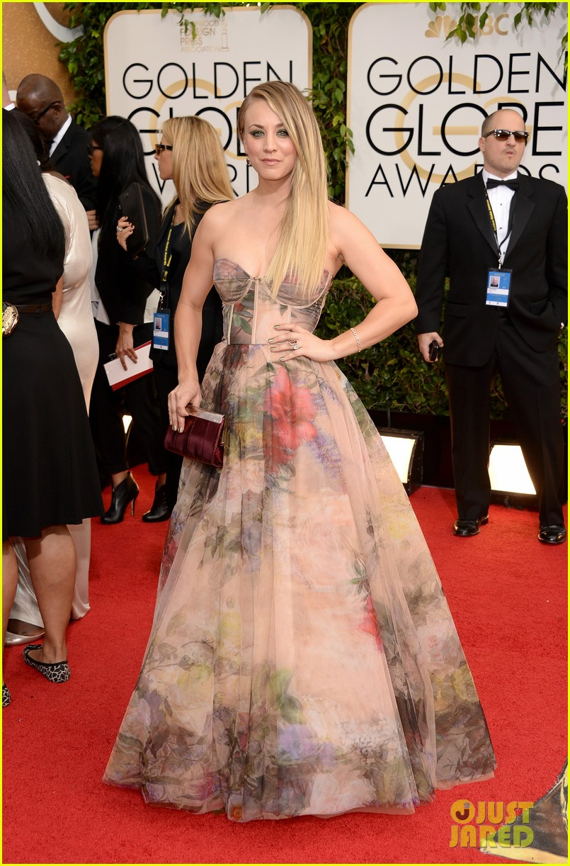 kaley cuoco golden globes 2014 red carpet 05