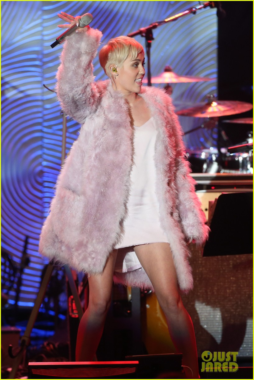 miley cyrus performs at clive davis grammys gala video 073040543