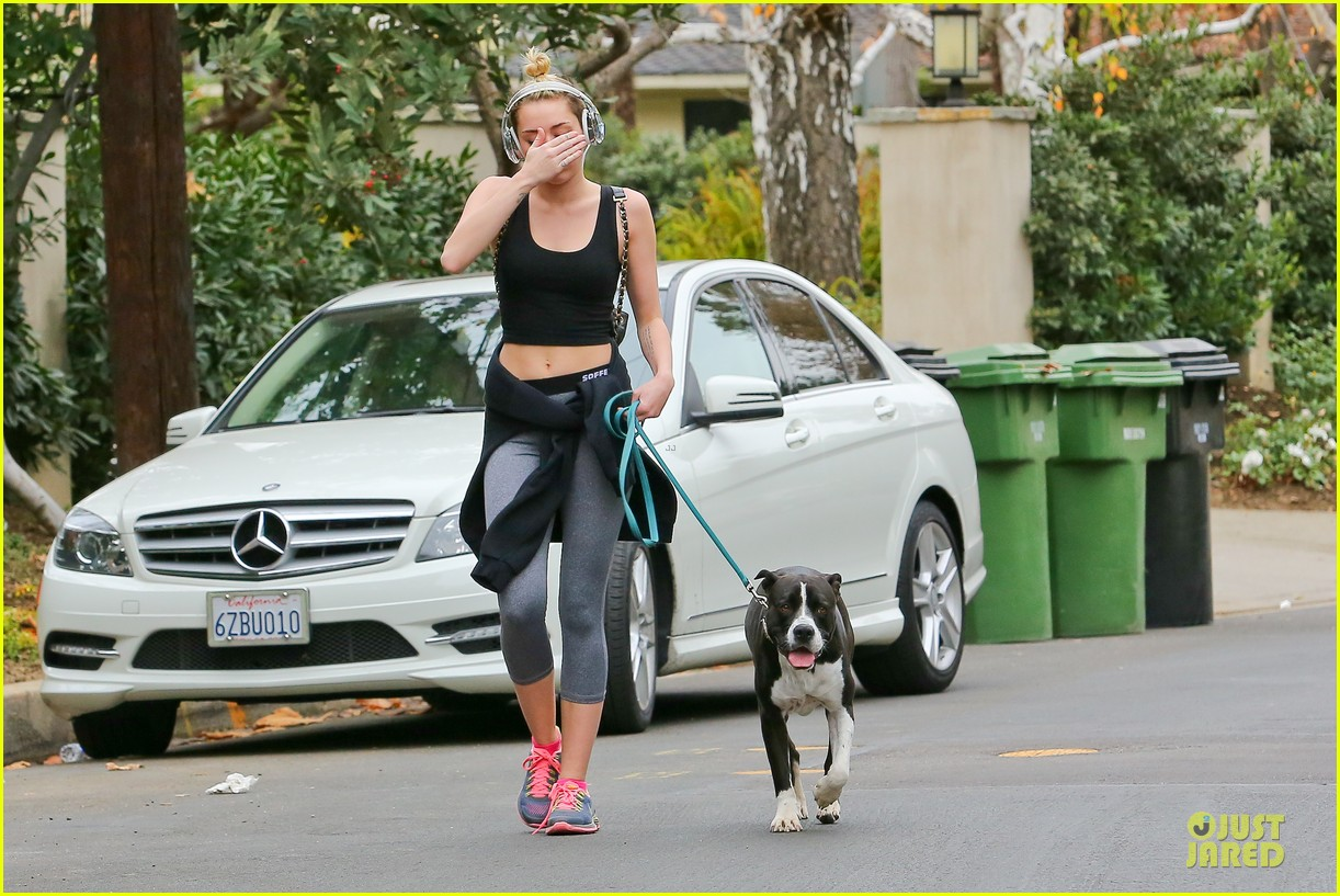 miley cyrus bares midriff for mary jane 09