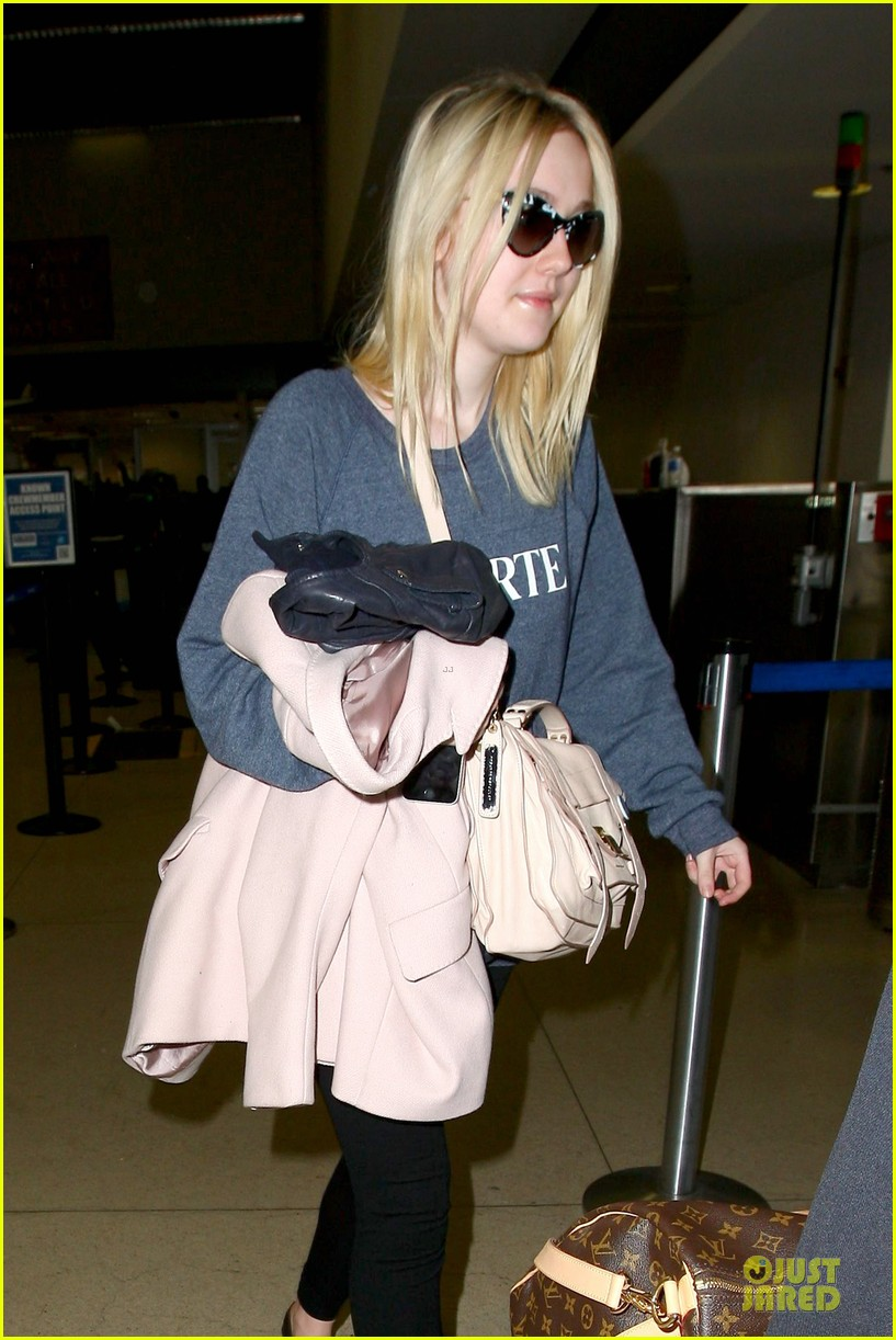 dakota fanning ends january with casual lax airport landing 043043012