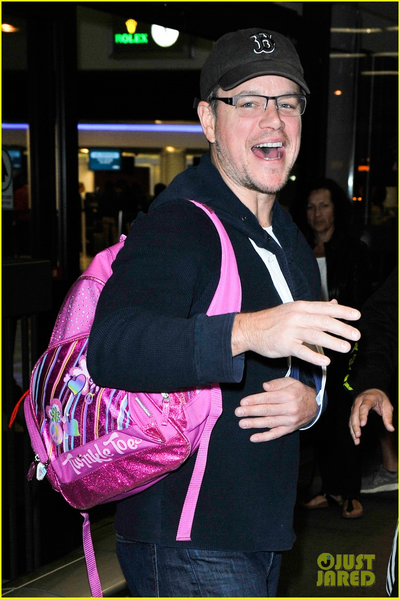 matt damon arrives at lax airport with injured arm 04