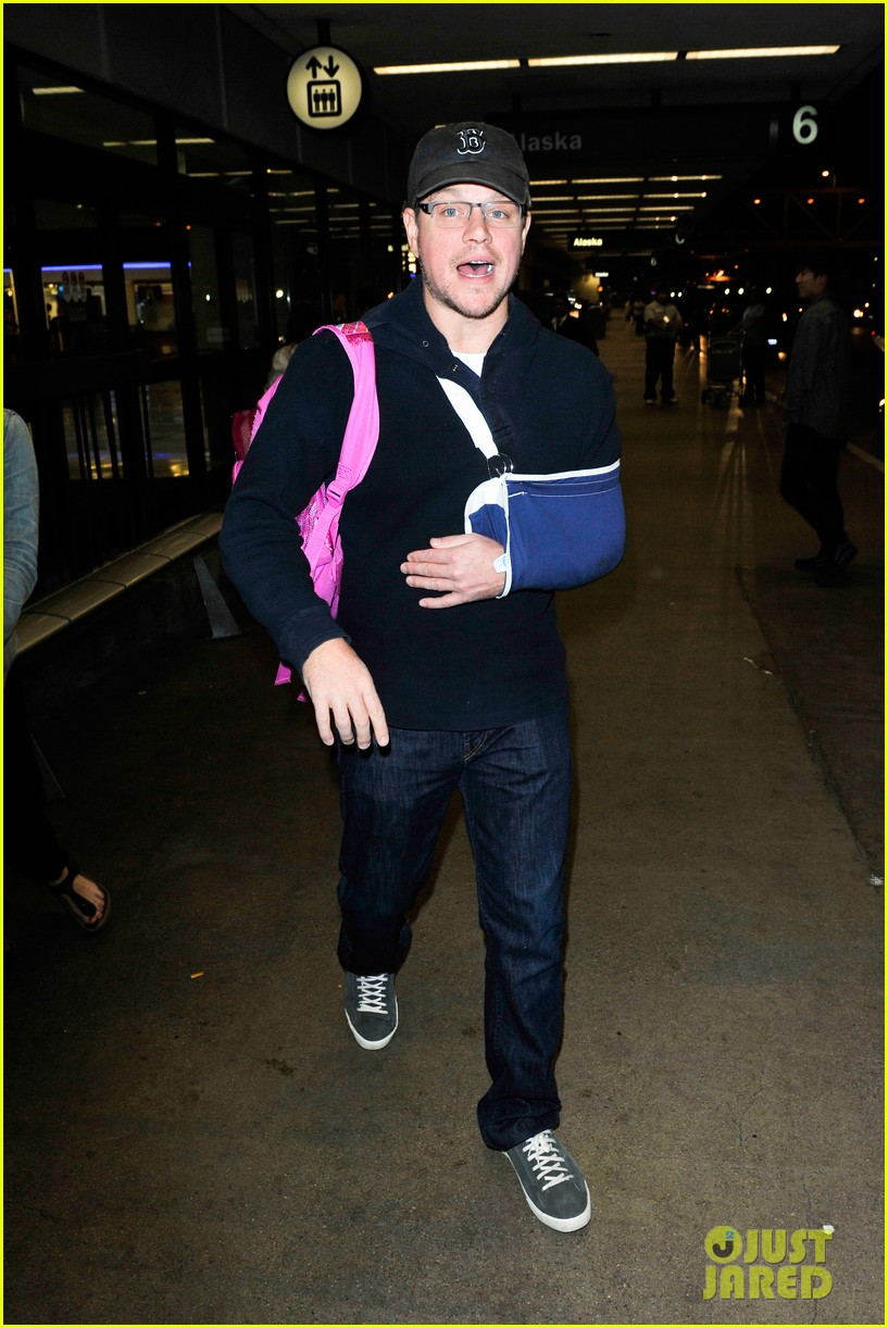 matt damon arrives at lax airport with injured arm 093022953
