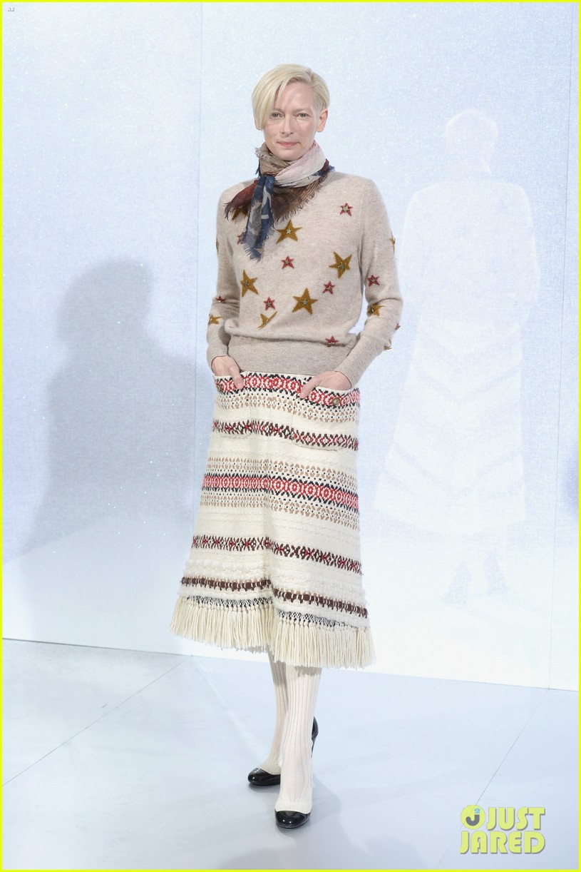 cara delevingne tilda swinton chanel paris fashion show 02