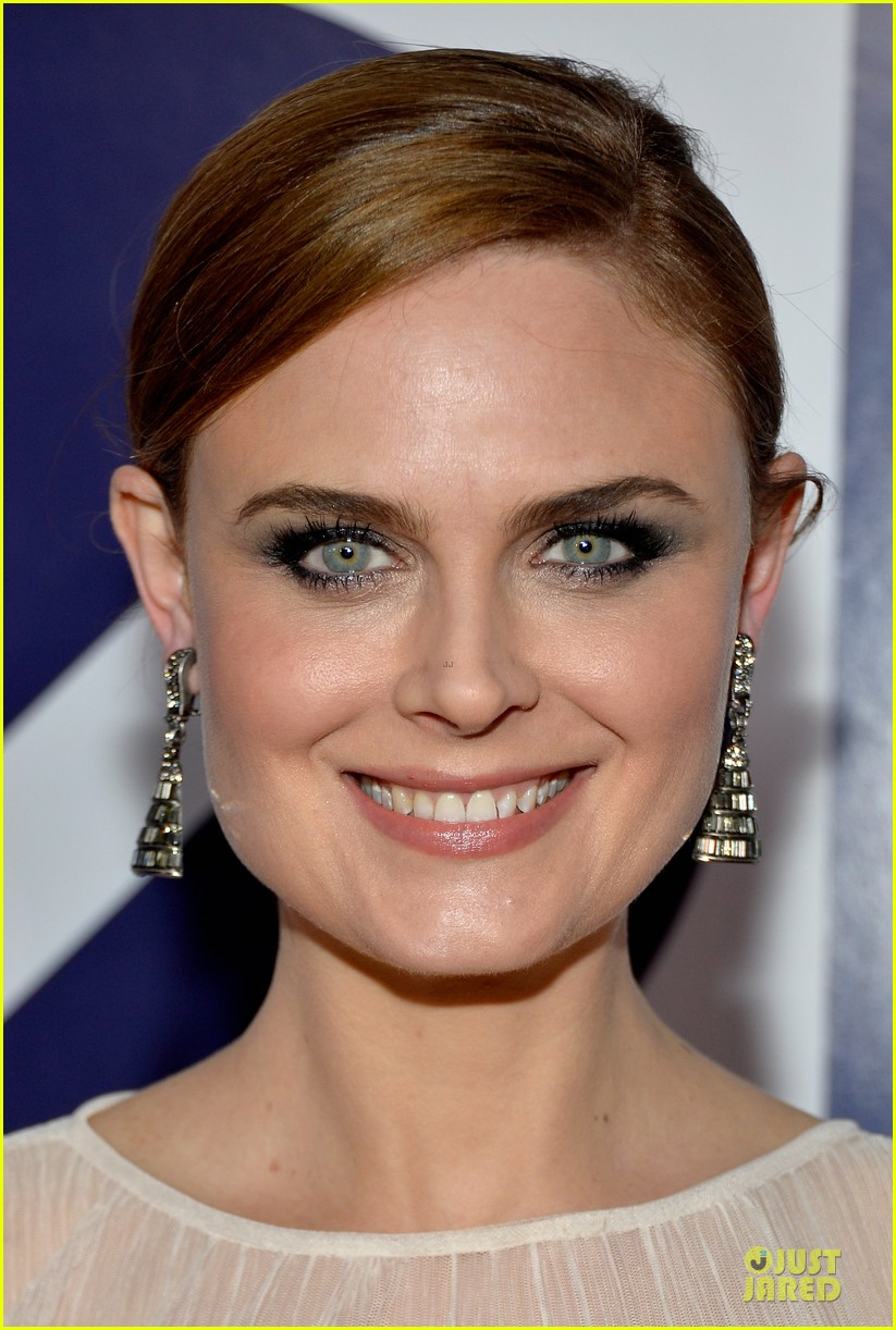emily deschanel peoples choice awards 2014 red carpet 11
