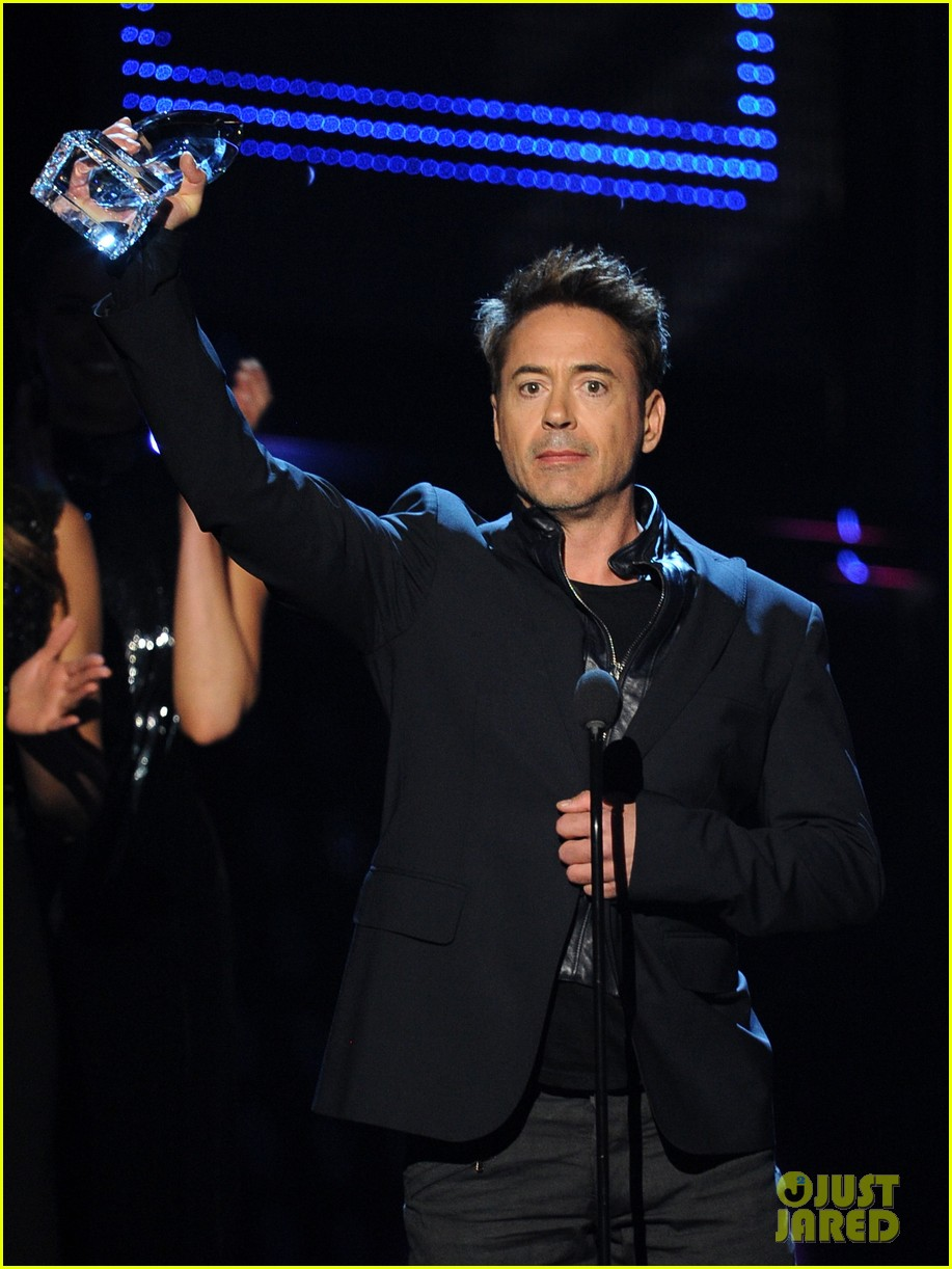 robert downey jr wins favorite action movie star at pcas 03