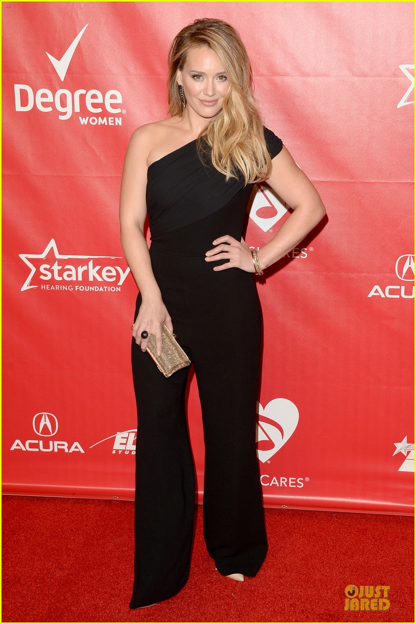 hilary duff shoulders musicares gala 2014 01