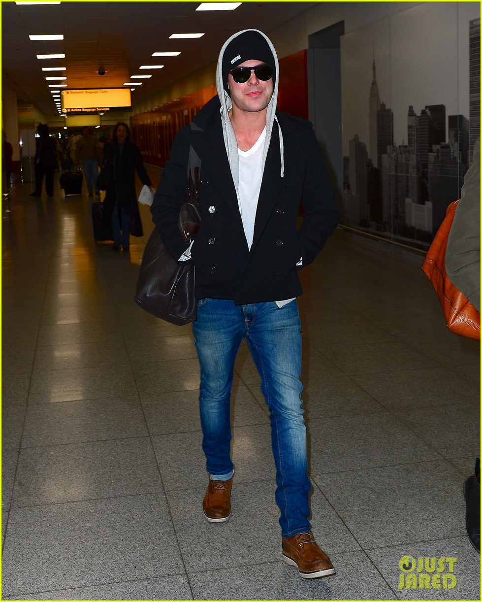 zac efron lands in new york city 023036535