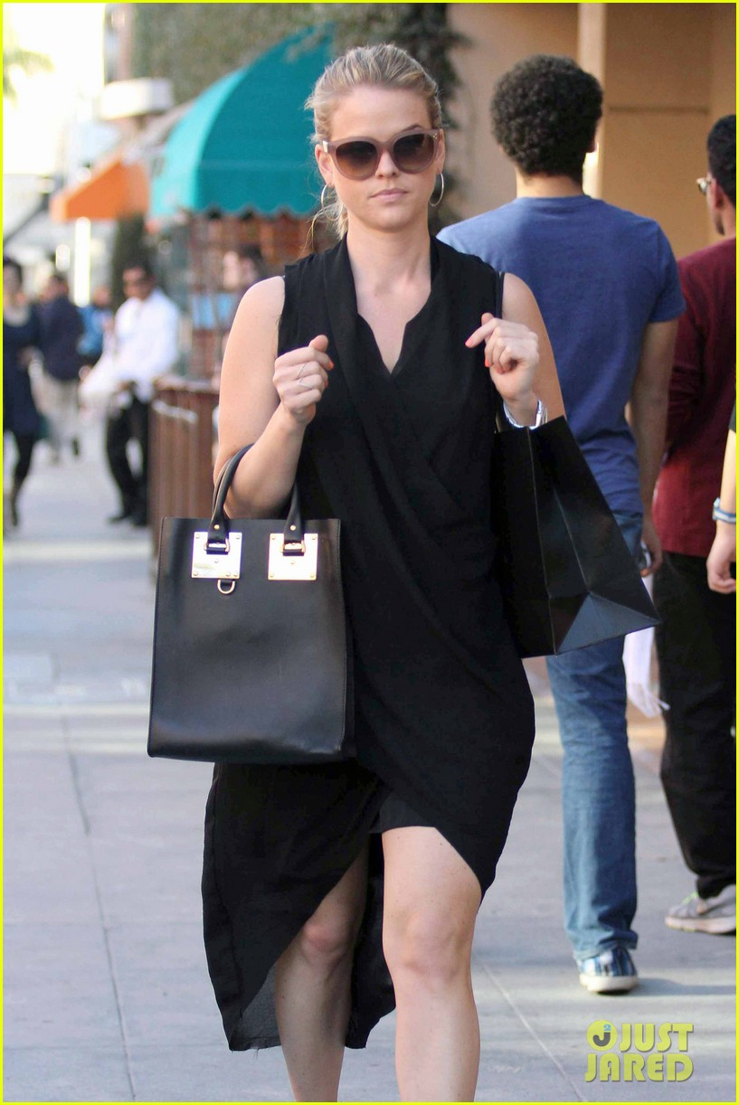 alice eve stylish for manicure trip in la 01