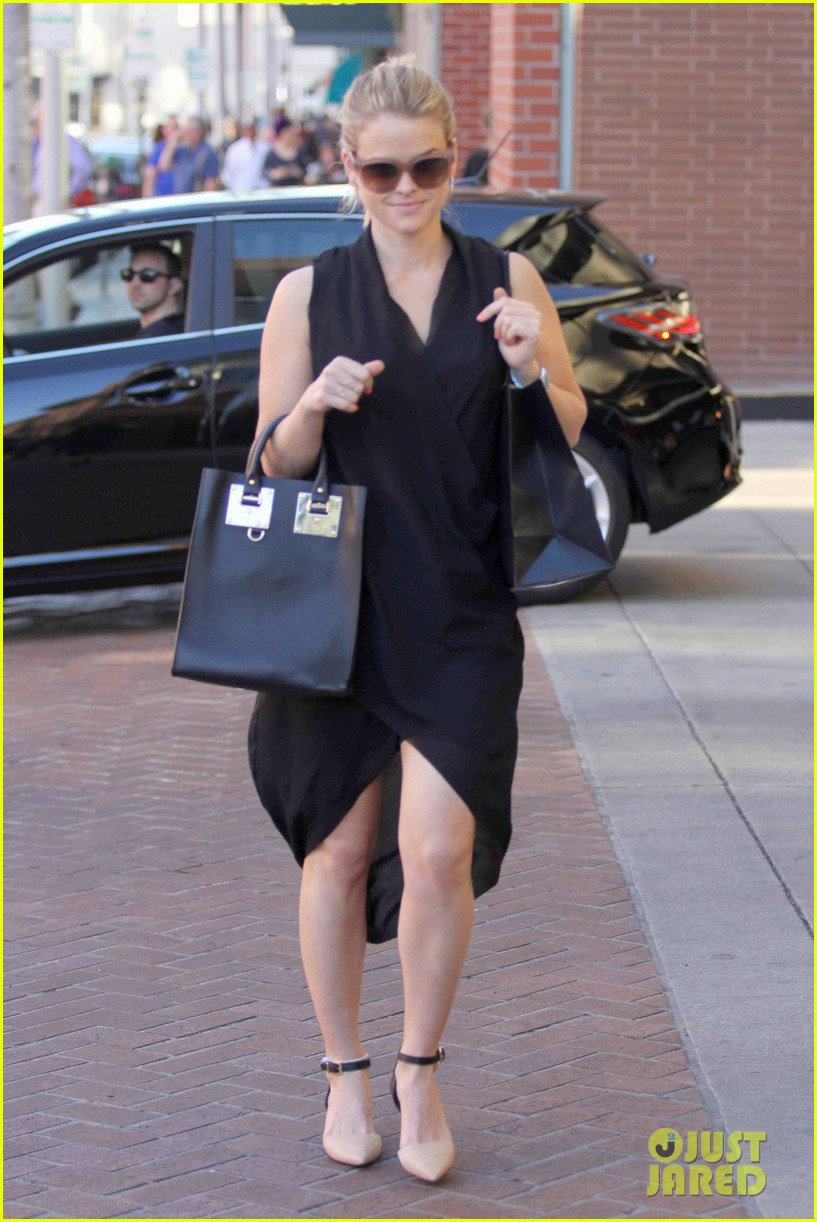 alice eve stylish for manicure trip in la 073033648