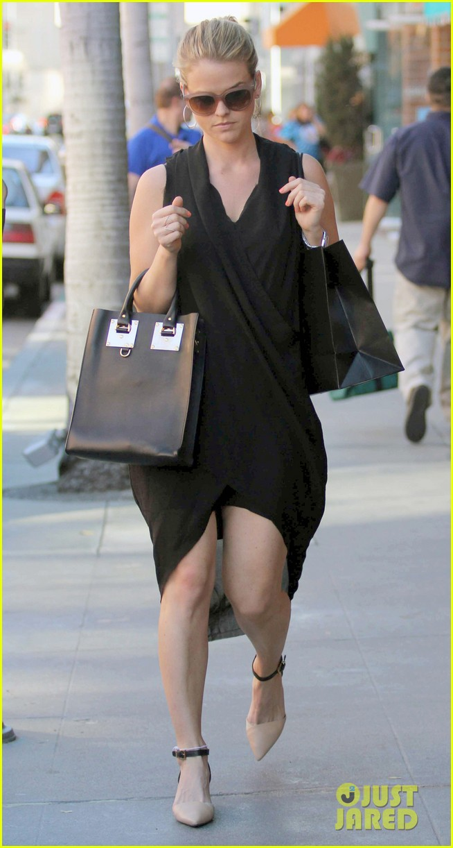 alice eve stylish for manicure trip in la 08