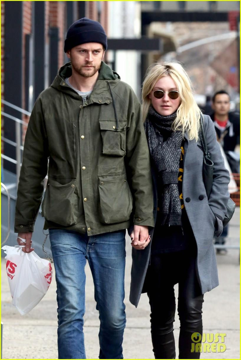 dakota fanning jamie strachan romantic big apple stroll 06