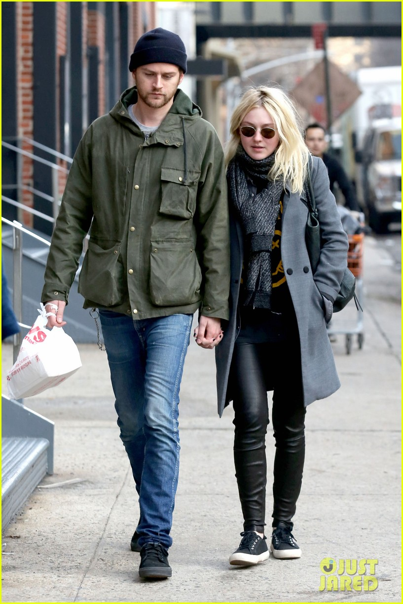 dakota fanning jamie strachan romantic big apple stroll 11