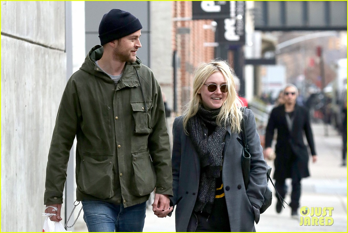 dakota fanning jamie strachan romantic big apple stroll 17