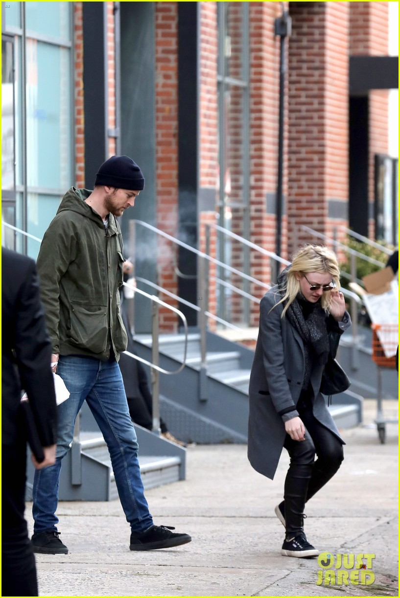 dakota fanning jamie strachan romantic big apple stroll 19