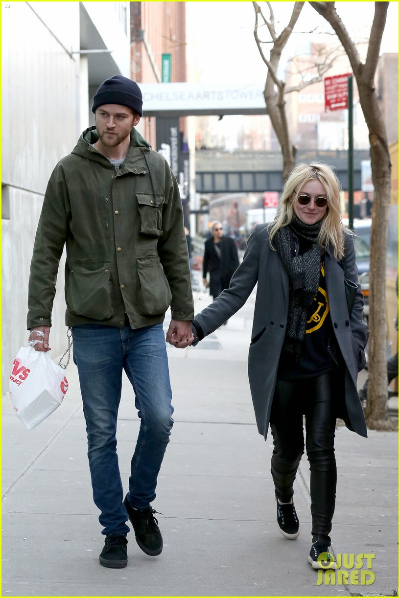 dakota fanning jamie strachan romantic big apple stroll 23