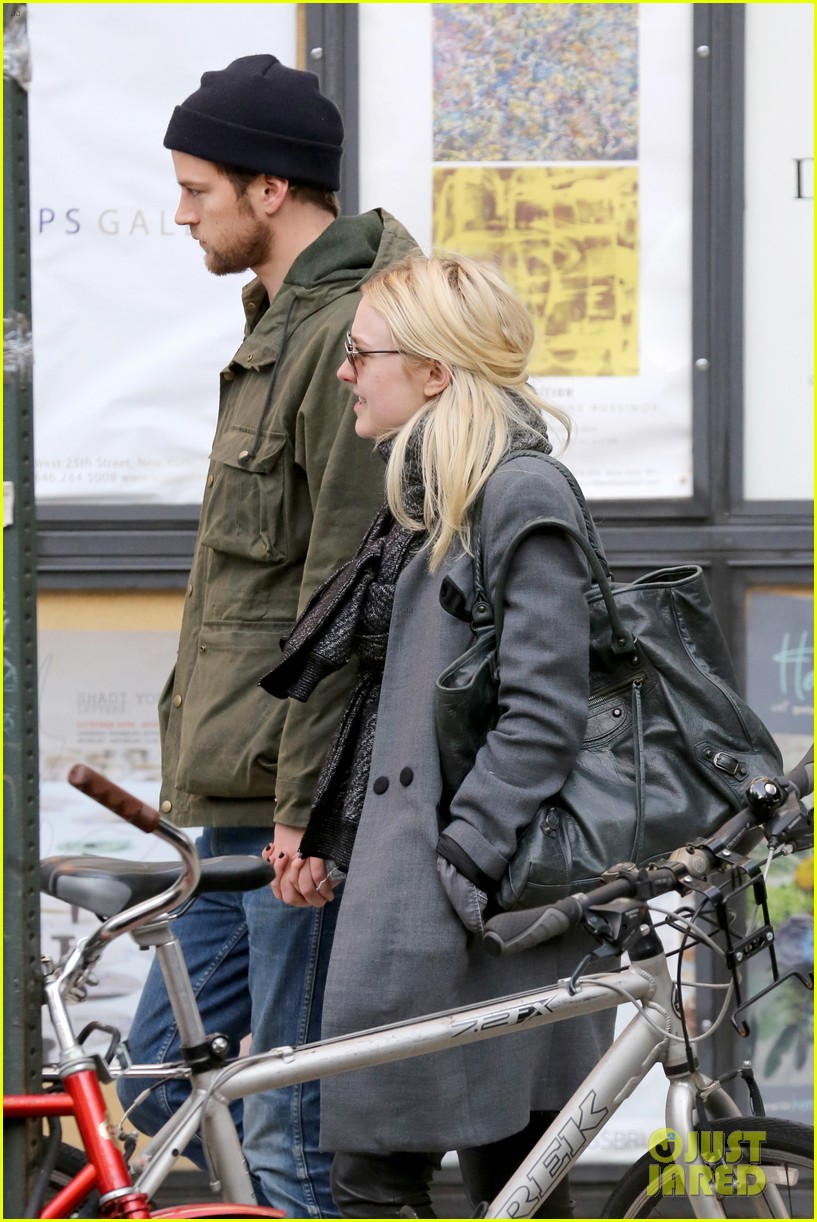 dakota fanning jamie strachan romantic big apple stroll 24