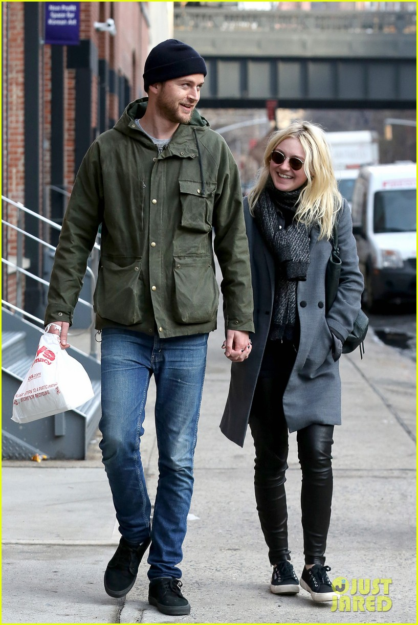 dakota fanning jamie strachan romantic big apple stroll 273032142