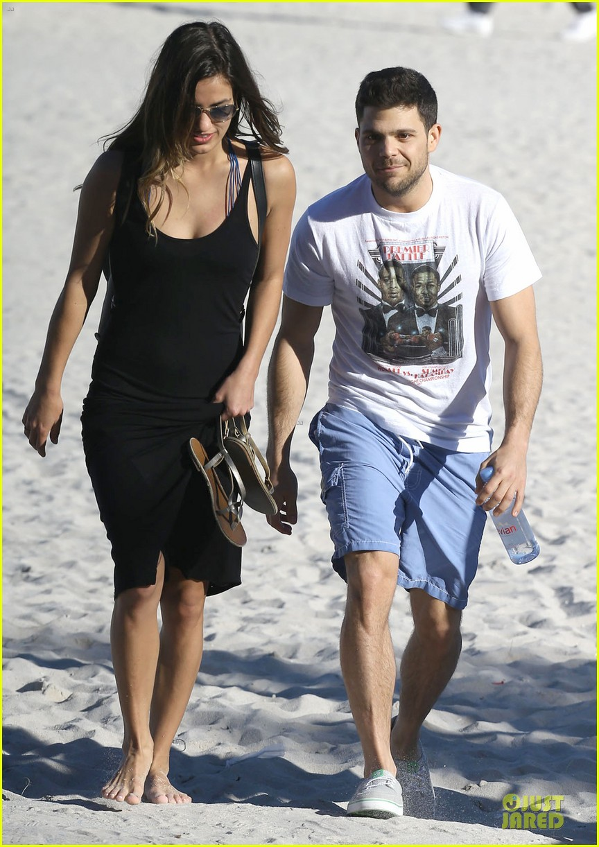 jerry ferrara shirtless miami beach lounging with girlfriend 03
