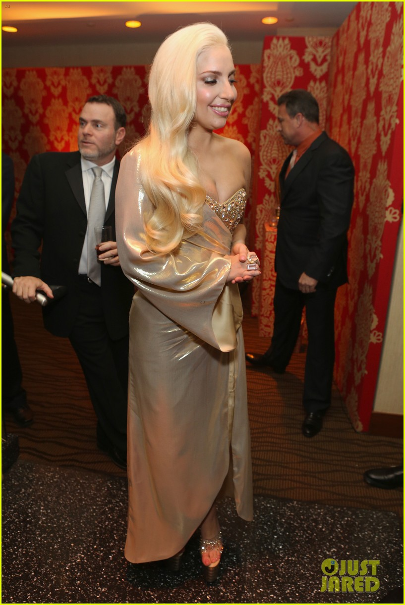 lady gaga kisses taylor kinney at golden globes party 2014 08