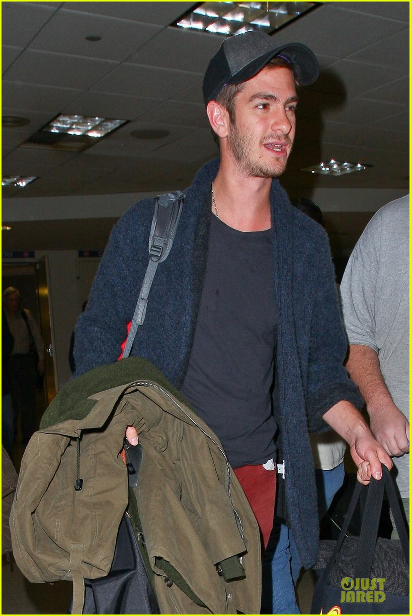 andrew garfield poses with spiderman fan at lax airport 06
